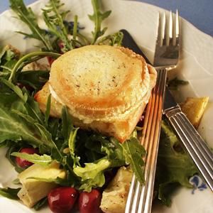 Salat med gratineret gedeost og oliven