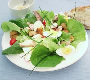 Salat med pebermakrel og brødcroutoner