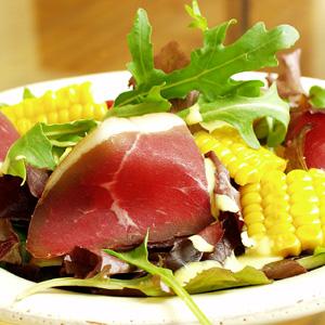 Salat med røget culotte og majs og karrycreme