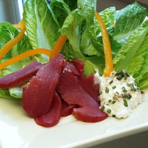 Salat med rygeost og røget svinemørbrad