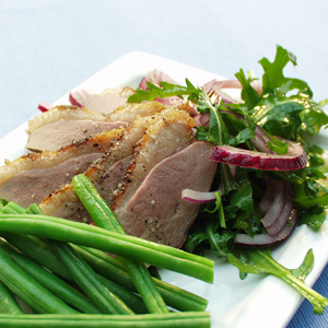 Salat med stegt andebryst og bønner og rødløg