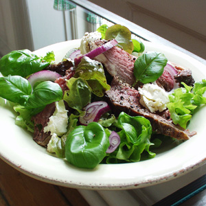 Salat med stegt kalveculotte og feta