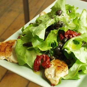 Salat med stegt kylling og kapers og soltørrede tomater