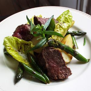 Salat med stegt oksekød asparges og nye kartofler