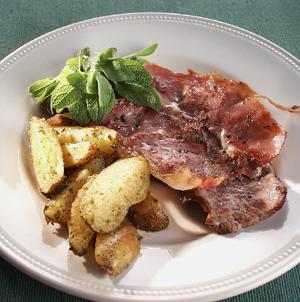 Saltimbocca med nye kartofler vendt i pesto