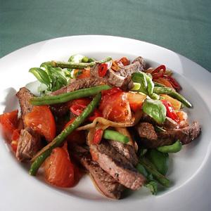 Saute stroganoff med løg og tomater og frisk basilikum