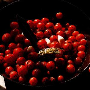 Sauterede cherrytomater med basilikum