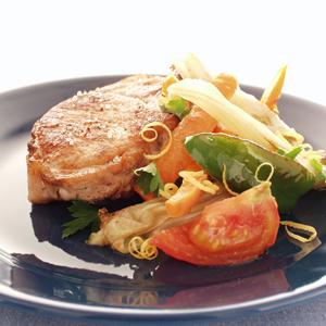 Sauteret fennikel og gulerod med stegt svinekotelet