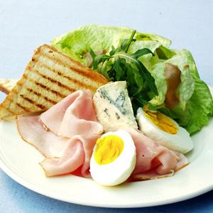 Skinkesalat med æg og gorgonzola