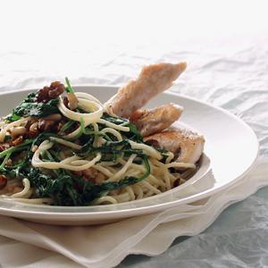 Spaghetti med kylling og rucola og nødder