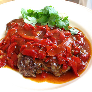 Stegt entrecote med sauce af peberfrugt og kapers