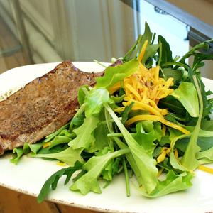 Stegt kalvekød med lun ostesalat