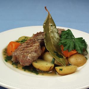 Stegt kalvekød med ragout af gulerødder og porer og kartofler og bredbladet persille