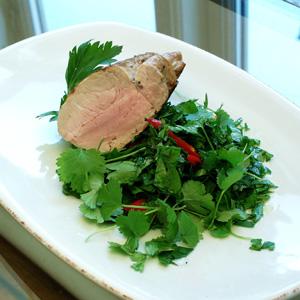 Stegt svinemørbrad med salat af persille og chili