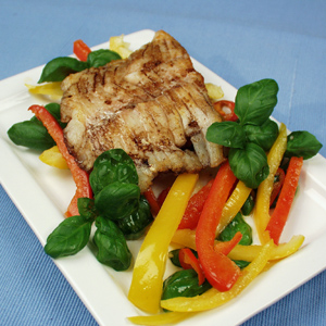 Stegt torsk med peberfrugt og frisk basilikum