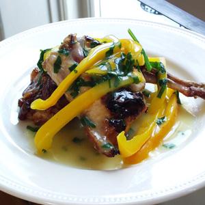 Stegte kyllinglår med peberfrugt og purløgssauce