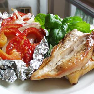 Stegte perlehønebryster med bagte tomater og peberfrugt