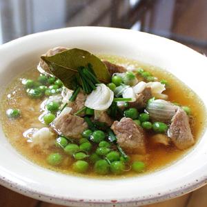 Suppe med ærter og svinekød og purløg