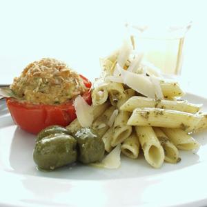 Tomater med tunfyld og pasta pesto