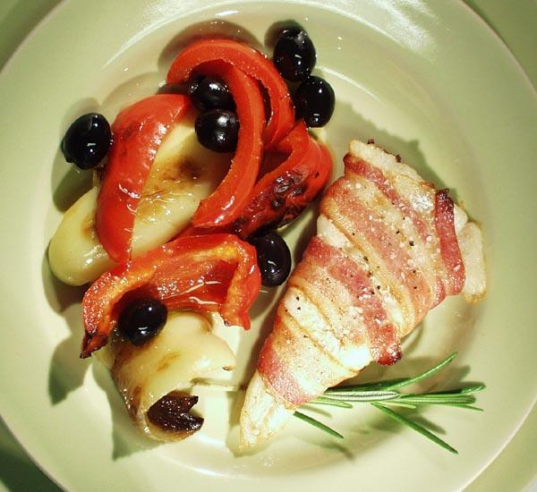 Torskefilet i baconfrakke med marinerede peberfrugter