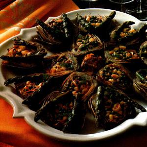 Violette artiskokker farseret med asparges